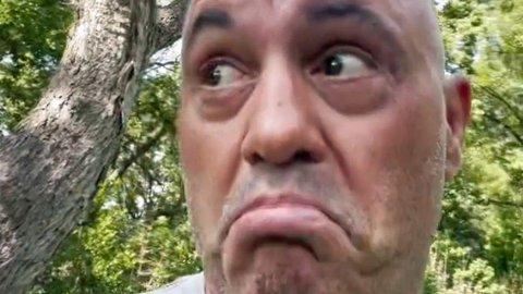 BRUKER «SJOKK-KUR»: Den berømte amerikanske podkast-verten Joe Rogan, som har over 13 millioner følgere på Instagram, innrømmer nå at han har brukt en svært kontroversiell «hestekur» etter å ha vært smittet av koronaviruset.