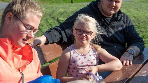 MERKER BRILLEKUTT: Milla-Sofie, 4 år, har sterkt nedsatt syn og treng stønad til gode briller. Her sammen med mor Jannike Elise Nielsen, bror Ivo og faren Marius.