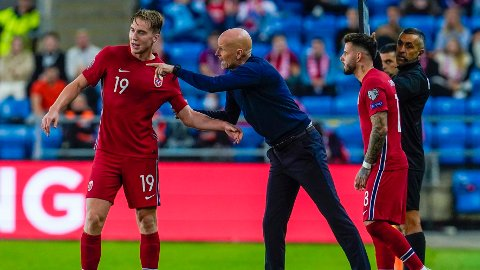 DIRIGERTE: Ståle Solbakken og Kristian Thorstvedt under Norges kamp mot Gibraltar tirsdag.