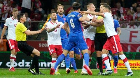 TEMPERATUR: Det tok fyr i kampen mellom Polen og England da dommeren blåste til pause.