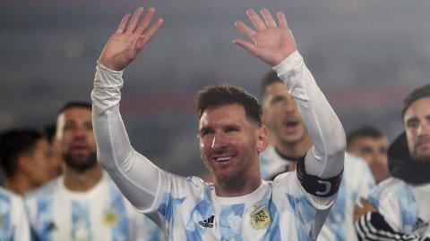 TROFÉ: Lionel Messi fikk natt til fredag feiret sitt første trofé med Argentina.