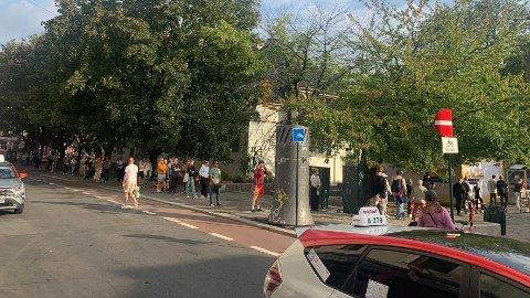 LANG TID: Køen for å forhåndsstemme på Schous plass fredagen før valgdagen strakk seg rundt flere gatehjørner.