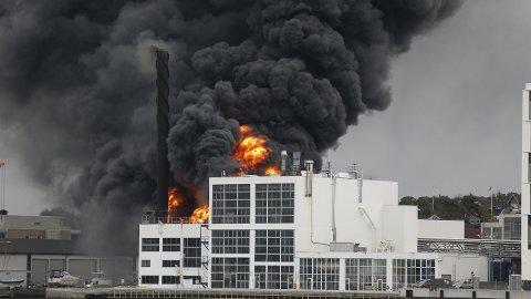 HEFTIG: Brannvesenet jobber med å slukke en brann i et lagerbygg på Jotun fabrikker i Sandefjord.