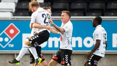 Odds Tobias Lauritsen jubler sammen med Sander Svendsen, Conrad Wallem og John Kitolano etter seieren mot Haugesund.