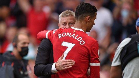 LEDES AV SOLSKJÆR: Ole Gunnar Solskjær og Cristiano Ronaldo etter portugiserens redebut for Manchester United mot Newcastle. 36-åringen imponerte og scoret to mål for rødtrøyene.