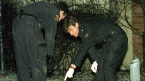 Politiets åstedsgranskere jobber på stedet i Stolmakergata på Grünerløkka i Oslo der Ola Wangen ble drept 10. desember i 1998.