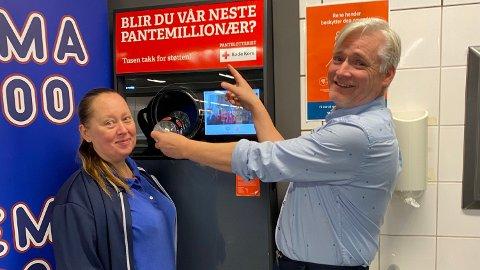 VINNER: Det var ved denne panteautomaten at kvinnen i Bergen ble millionær. Her ved kjøpmann Thor-Vidar Nilsen og Lise Pettersen Nilsen på REMA 1000 Ågotnes.