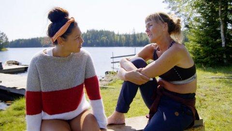 TREKKER SEG: Tina Teien forteller venninnen Grethe Enlid at hun kaster i håndkleet og reiser hjem fra Farmen i tirsdagens episode.