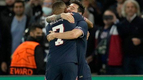 FORLØSENDE: Kylian Mbappe og Lionel Messi tar rundt hverandre etter argentinerens 2-0-scoring mot Manchester City.