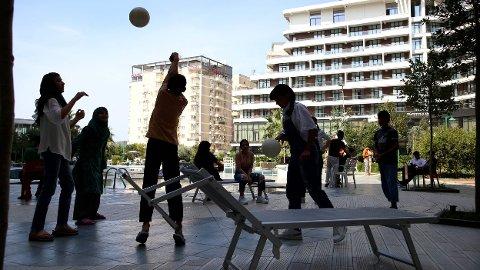 VARM VELKOMST: Barn leker ved bassengkanten til et hotellresort i den albanske kystbyen Shengjin.