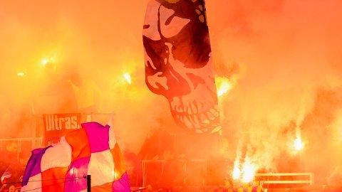 PYRO: Vålerenga-supportere fyrte opp bluss i kampen mot Strømsgodset på Intility Arena. Foto: Torstein Bøe / NTB