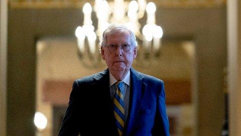 FORESLÅR LØSNING: Republikanernes leder i Senatet, Mitch McConnell, presenterer en midlertidig løsning for å heve gjeldstaket fram til desember