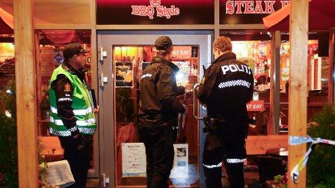 En person er kritisk skadd etter knivstikking på Årvoll senter i Oslo tirsdag kveld. Foto: Terje Pedersen / NTB