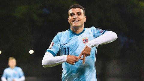 Norges Mohamed Elyounoussi jubler etter scoringen sin mot Latvia.