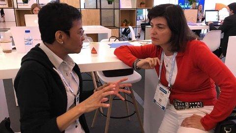 - JUBELS-FREDSPRIS, skriver Kjersti Løken Stavrum (t.h.) på Facebook etter at det ble kjent at Maria Ressa får Nobels fredspris. Her er de to på Global Editors Network-konferansen i Lisboa i 2018.