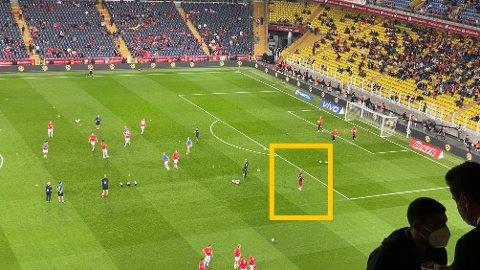 FYRTE OPP: Her går Tyrkia-stjernen Cengiz Ünder gjennom den norske oppvarmingen, og bort mot supporterne bak Ørjan Nyland.