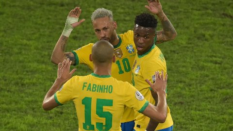 Neymar og Fabinho jubler etter seier 1-0 over Peru i semifinalen i sommerens Copa America.