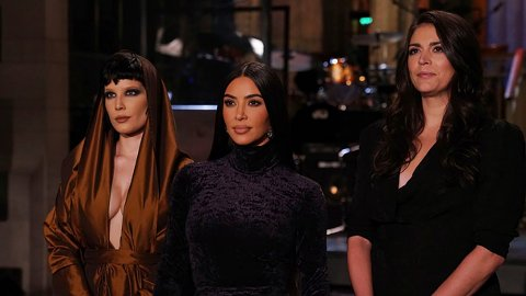DEBUT: Kim Kardashian holdt ikke noe tilbake da hun debuterte som SNL-vert i helgen. Her med artist Halsey og komiker Cecily Strong.