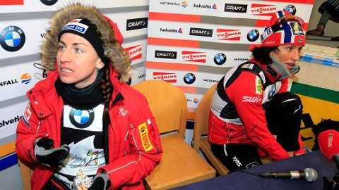 RIVALER: Justyna Kowalczyk og Marit Bjørgen under en pressekonferanse i Tour de Ski for flere år siden.