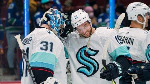Seattle Kraken er klar for sin første sesong i NHL. Her feirer keeper Philipp Grubauer (31) og forward Calle Jarnkrok (19) 4-0-seieren i oppkjøringskampen mot Vancouver Canucks.