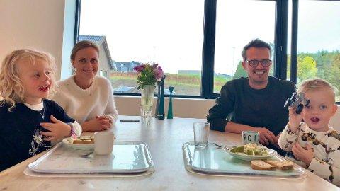 FAMILIEØKONOMI: Maren Aareskjold og Thomas Gundersen er opptatt av budsjettendringer som kan påvirke familien, enten det handler om SFO og barnehage eller bilavgifter og strømpris. Her med Sanna (5) og Tage (2) rundt middagsbordet.