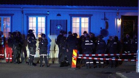 STORT OPPBUD: Politiets beredskapstropp, politihelikopter, bombegruppa og et stort antall politibiler fra hele politidistriktet er på plass på Kongsberg.