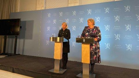 ORIENTERER: Monica Mæland og Erna Solberg tar spørsmål fra pressen onsdag kveld.