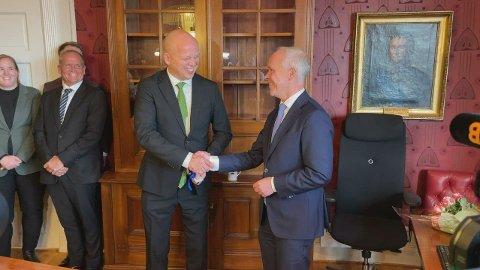 LATTERMILDT: Latteren satt løst da Senterparti-leder Trygve Slagsvold Vedum overtok nøklene til finansministerens kontor fra Jan Tore Sanner (H) torsdag ettermiddag.