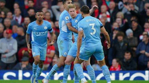 Kevin De Bruyne utlignet til 2-2 for Manchester City i bortekampen mot Liverpool for to uker siden og gratuleres av lagkameratene Rodri og Ruben Dias. Lørdag venter hjemmekamp mot Burnley for Manchester City.