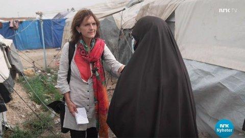 HÅPER PÅ HJELP: Journalist Sidsel Vold intervjuer Aisha Shazadi Kausar på NRK Dagsrevyen. Kausar håper norske myndigheter vil hente henne tilbake.