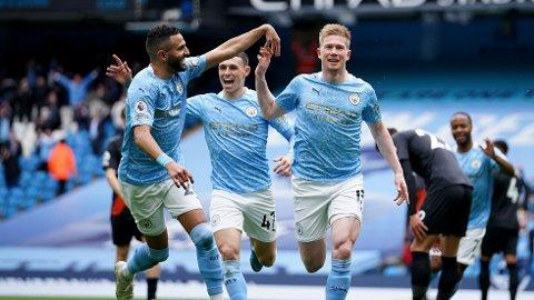 Kevin De Bruyne, Phil Foden og Riyad Mahrez feirer scoring mot Everton 23. mai. Kampen endte hele 5-0 til Manchester City,