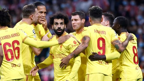 Mohamed Salah (midten) jubler sammen med lagkameratene etter å ha gitt Liverpool ledelsen 1-0.