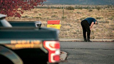 FATAL ULYKKE: Alec Baldwin gråt på parkeringsplassen utenfor sheriffkontoret i Santa Fe etter at han var blitt avhørt torsdag.
