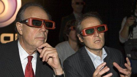Frankrikes kulturminister Frederic Mitterrand (t.v.) snakker med Yves Guillemot fra spillprodusenten Ubisoft, under en visning av klipp fra Jamers Camerons nye 3D-film, Avatar.