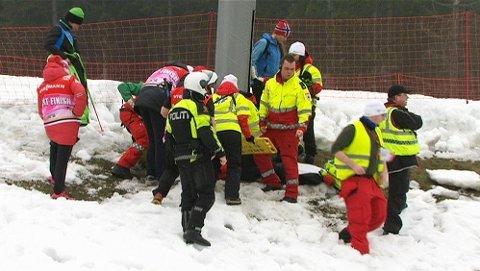 TIL SYKEHUS: Astrid Uhrenholdt Jacobsen falt under tremila i Holmenkollen og traff en stolpe utenfor løypa. Hun ble kjørt vekk i ambulanse.