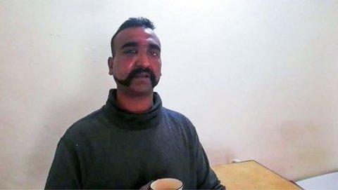Her er krigsfangen og piloten Abhinandan Varthaman som ble skutt ned over Pakistan, og som etter planen returnerer som en helt til India i morgen. Bildet er publisert av forsvaret i Pakistan.