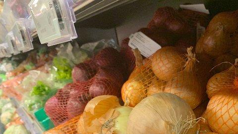 DYR EMBALLASJE: Løk i strømpe kostet 251 prosent mer enn løk i løsvekt i en av butikkene vi sjekket.