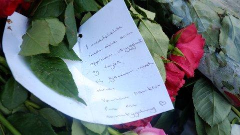 En blomsterhilsen med noen trøstende ord utenfor Al-Noor-moskeen på Vøyenenga i Bærum tirsdag, tre dager etter moskeangrepet.
