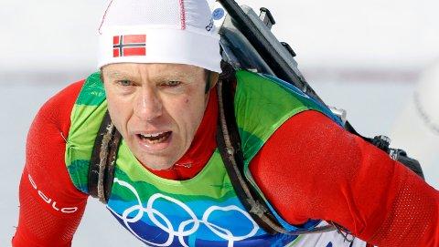 SKISKYTTER: Halvard Hanevold har en rekke medaljer fra skiskyting internasjonalt. Tirsdag døde han, 49 år gammel.