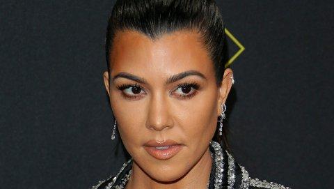 AVKREFTER GRAVIDRYKTER: Kourtney Kardashian legger lokk på gravidryktene en gang for alle med stikk til fansen.
