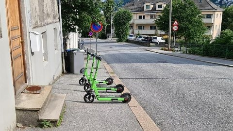 FJERNES: El-sparkesyklene er til hinder for folk som ferdes på fortauet. Bilde: Bymiljøetaten