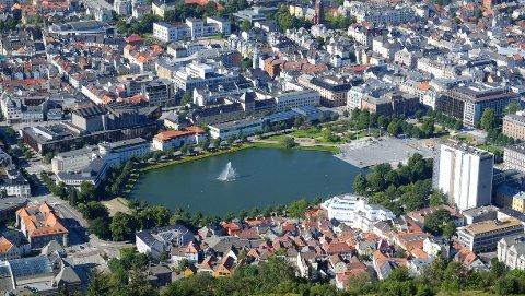 GATELEIE: For å kunne regulere aktørene vil Bergen kommune blant annet ta i bruk gateleie. Denne vil de bruke til å straffe eller belønne de forskjellige tilbyderne basert på parkering og hvor elsparkesyklene befinner seg.