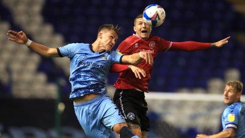 Leo Østigard (t.v.) har gjort det så bra i Coventry at han er tatt ut på A-landslaget. Her er han i duell med Queens Park Rangers' Lyndon Dykes.