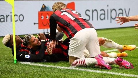 2-0: Jens Petter Hauge omfavner Theo Hernandez etter at venstrebacken satte inn Milans andre mål.