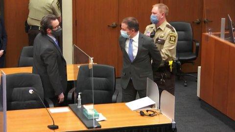 Tidligere politimann Derek Chauvin blir pågrepet etter at han er kjent skyldig i drap på George Floyd. Nå ber han om ny rettssak. Foto: Court TV via AP / NTB