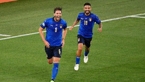 Manuel Locatelli og Lorenzo Insigne jubler etter å ha scoret 1-0 mot Sveits under sommerens EM. Søndag møtes lagene igjen, denne gang i VM-kvalifiseringen.