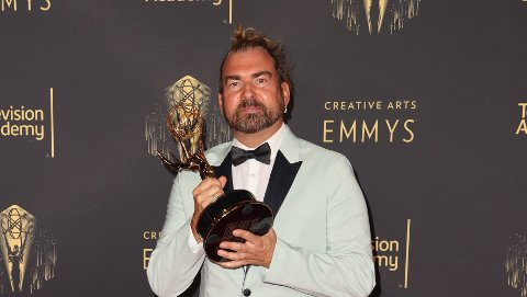 DØD: Marc Pilcher poserer på den røde løperen med Emmy-prisen i hånden. En måned senere døde han av Covid-19.