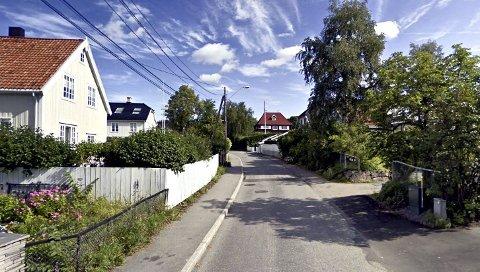 KNUST RUTE OG BRUTT OPP DØR: Politiet oppfordrer publikum og beboere til å følge med etter innbruddene i Oslo vest. FOTO: Google steet view