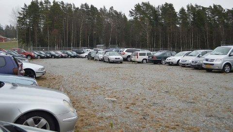 ... og dette er ikke engang en fjerdedel: Drøyt 100 beslaglagte biler befinner seg akkurat nå i innhegningen til politiet på Svinesund. Mange er svært nye, ombygde for å tåle høy vekt, eller har tydelige hulrom i karosseriet der for eksempel narkotika har vært gjemt. Felles for svært mange er de går rett til bilopphugging.