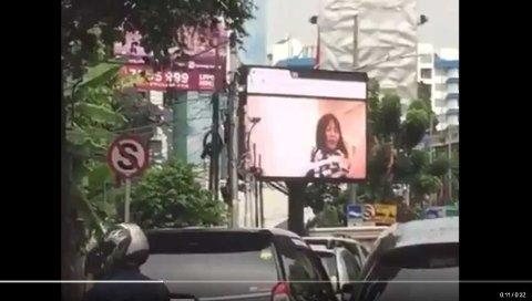 PORNO PÅ STORSKJERM: Trafikanter i Jakarta fikk servert pornografi på storskjerm 30. september. En mann er nå pågrepet etter den uønskede forestillingen.
